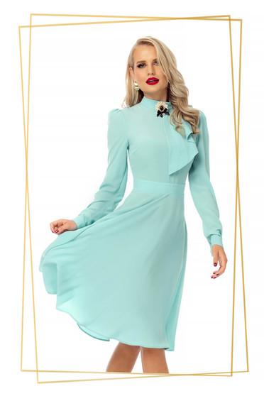 Rochie PrettyGirl mint eleganta in clos din voal accesorizata cu brosa
