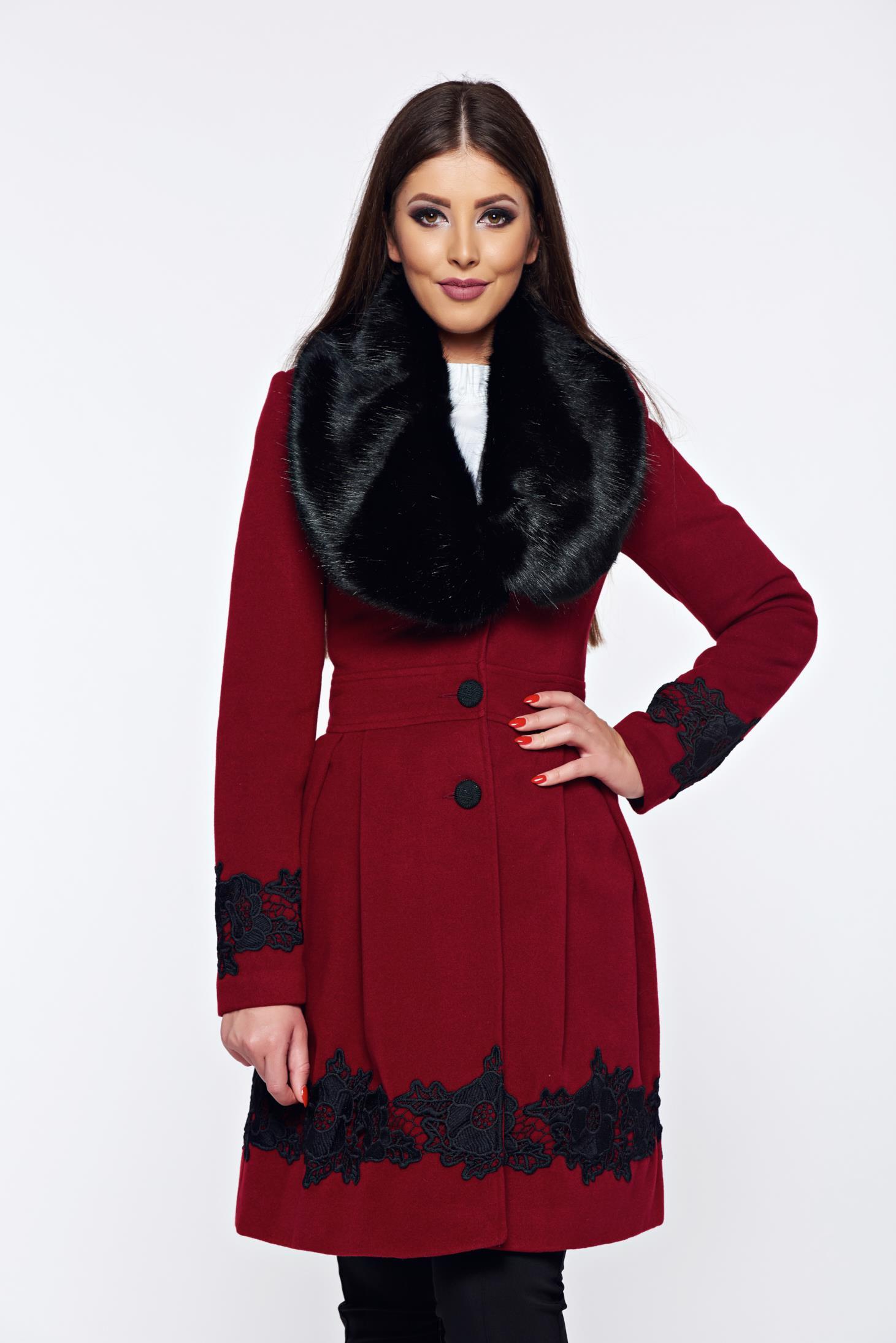 Palton LaDonna visiniu elegant in clos cu insertii de broderie