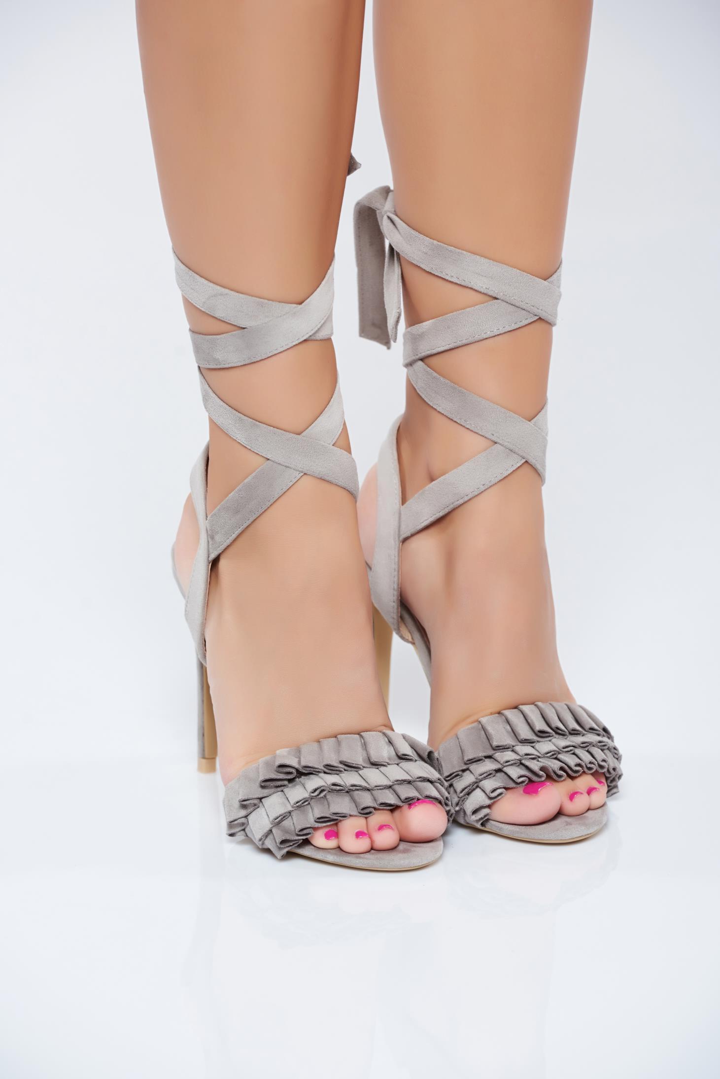 Sandale cu toc inalt gri cu material incretit