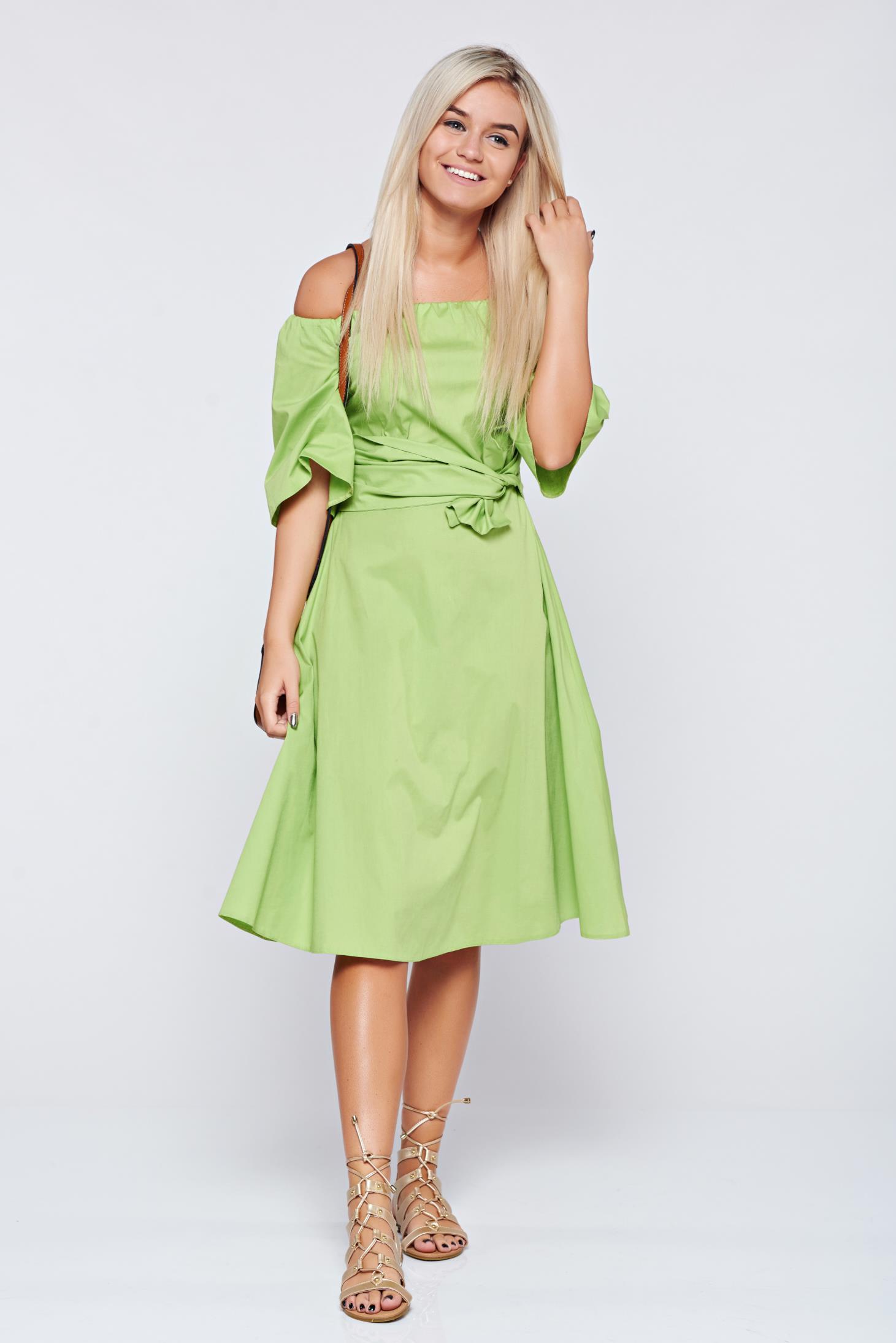 Rochie LaDonna verde-deschis cu maneci clopot pe umeri