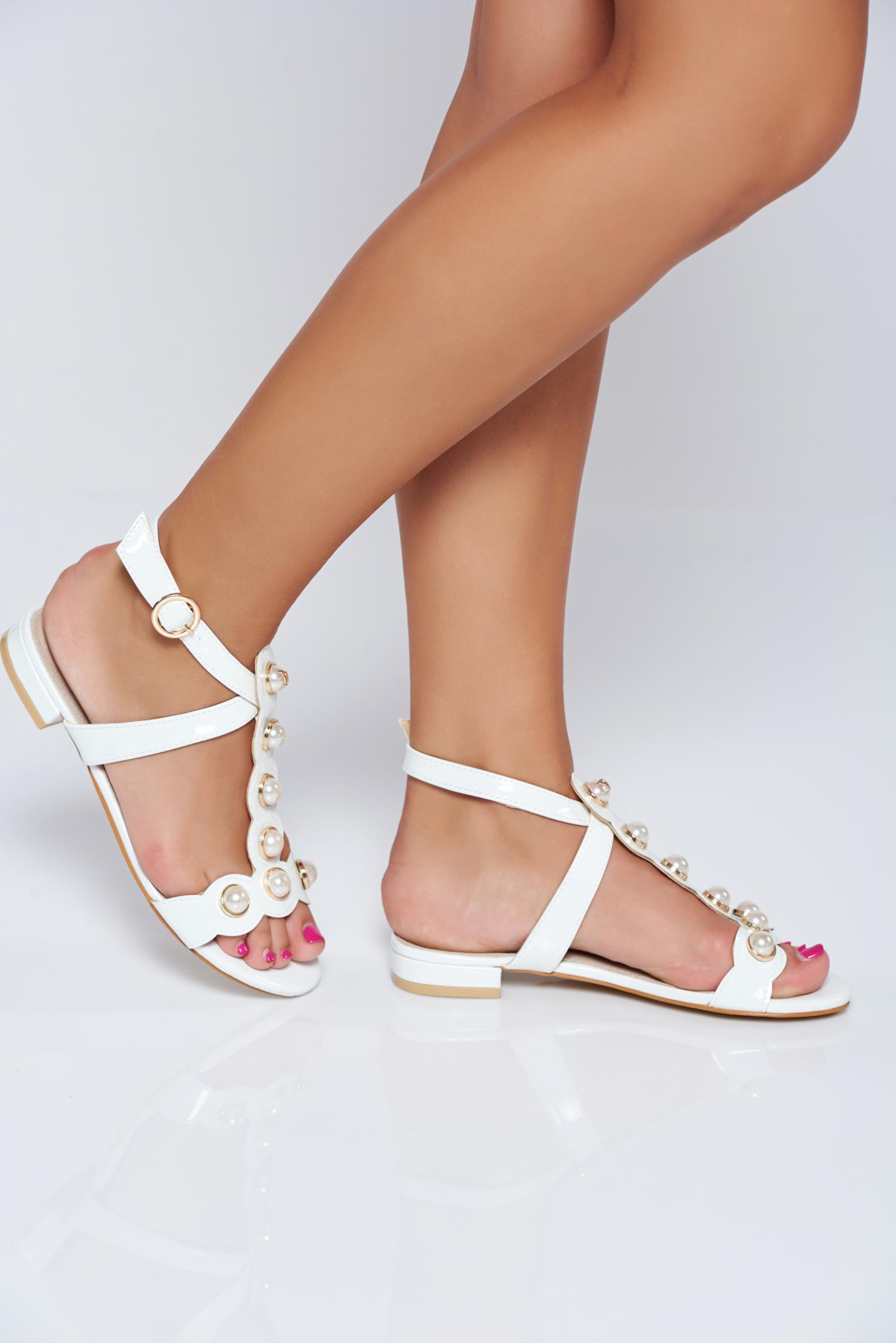 Sandale albe elegante cu aplicatii cu perle