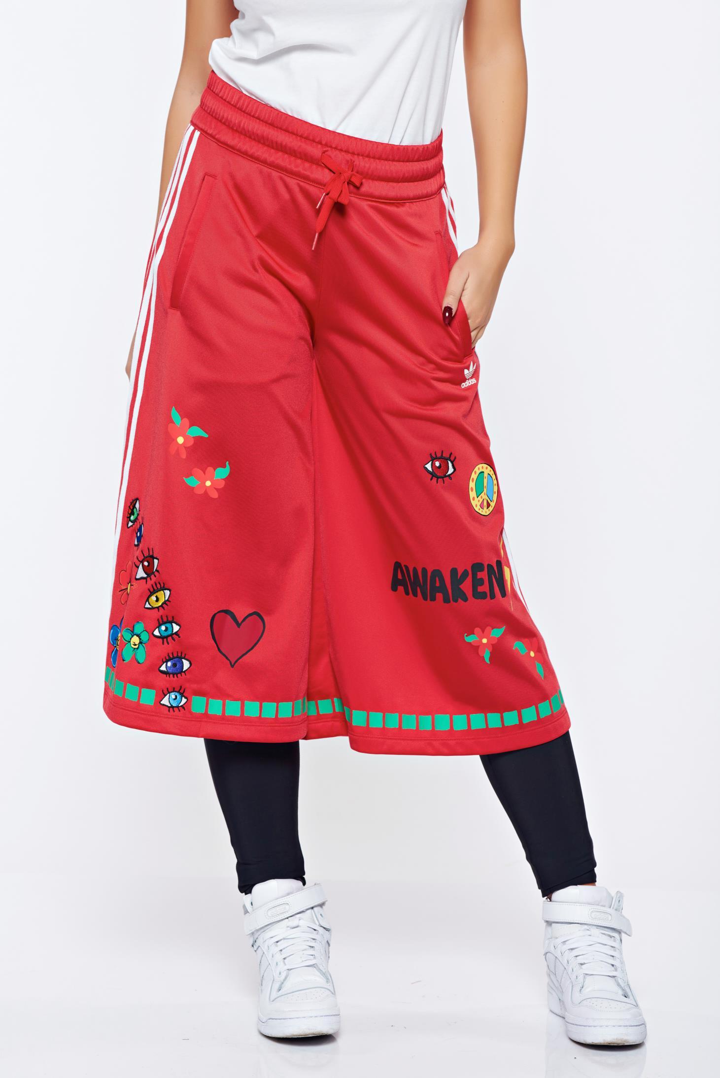 Pantaloni Adidas rosii sport brodati cu croi larg cu elastic in talie
