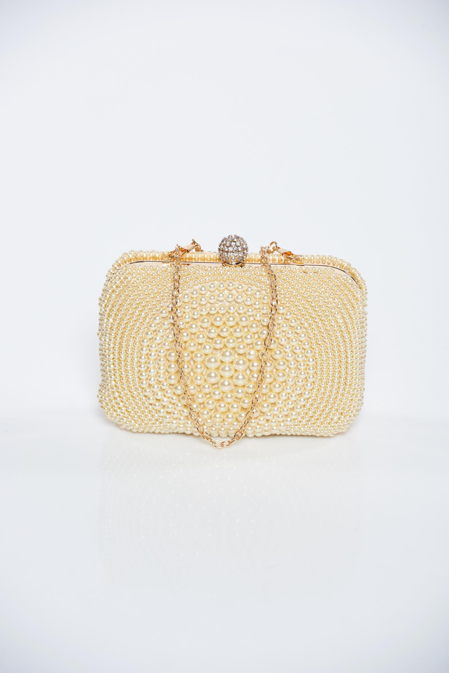 Geanta dama crem de ocazie cu aplicatii cu perle accesorizata cu lantisor